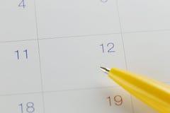 plumes jaunes au numéro 12 sur le fond de calendrier Photos libres de droits