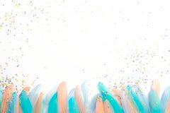 Plumes pour un costume de carnaval confettis colorés Backgro blanc photographie stock libre de droits