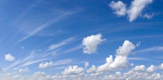 Plumose und Kumuluswolken Lizenzfreies Stockfoto