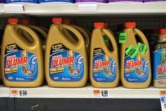 Plumr líquido em prateleiras do supermercado foto de stock royalty free