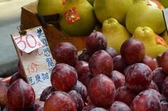 Plums and Pomelos in Hong Kong market Stock Photo