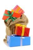 Plundra mycket med julgåvor som isoleras på vit bakgrund, lodlinje Royaltyfria Bilder