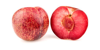 Pluot杏子李子果子用种子切成了两半 免版税库存图片