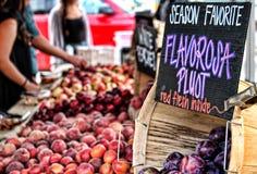 Pluots da vendere al mercato di un agricoltore Fotografia Stock Libera da Diritti