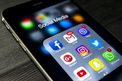 plus de l'iphone 6s avec des icônes de media social sur l'écran Smartphone de style de vie de Smartphone Commencer le media socia Image stock