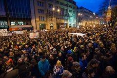 Plus de 60 mille personnes tiennent un rassemblement anti-gouvernement à Bratislava, Slovaquie le 16 mars 2018 Photographie stock libre de droits