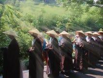 Plus de six cents aumône de moines, le long de la route un grand événement de charité image libre de droits