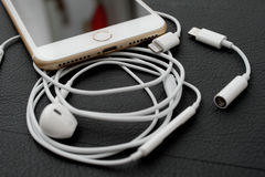Plus- Doppel- Kamera IPhone 7, die Audio-conector und e beleuchtend unboxing ist Stockfoto