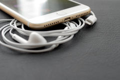 Plus- Doppel- Kamera IPhone 7, die Audio-conector und e beleuchtend unboxing ist Lizenzfreie Stockfotografie