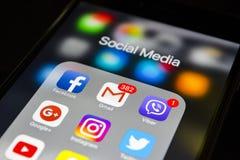 plus för iphone 6s med symboler av socialt massmedia på skärmen Smartphone för Smartphone livstil Startande socialt massmedia app Royaltyfria Bilder