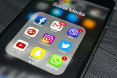 plus för iphone 6s med symboler av socialt massmedia på skärmen Smartphone för Smartphone livstil Startande socialt massmedia app Royaltyfria Foton