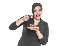 Plus format önskar kvinnan inte att äta den isolerade kakan royaltyfri fotografi