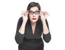 Plus format isolerade kvinnan i exponeringsglas som ser på dig fotografering för bildbyråer
