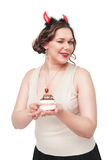 Plus formatkvinnan som blinkar och förför med bakelse Royaltyfri Fotografi