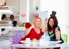 Plus formatkvinnavänner som tycker om liv och att ha gyckel i kafé Royaltyfri Bild