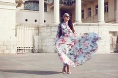 Plus formatmodell i blom- klänning royaltyfri bild