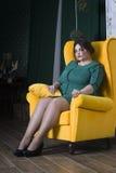 Plus formatmodemodell i grön aftonklänning fet kvinna på lyxig inre, överviktig kvinnlig kropp Royaltyfri Foto