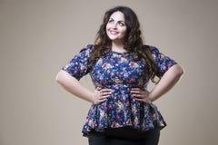 Plus formatmodemodell i tillfällig kläder fet kvinna på studiobakgrund, överviktig kvinnlig kropp arkivfoton