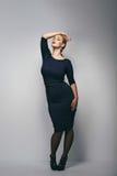 Plus grootte het vrouwelijke model stellen in kleding stock foto