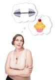 Plus groottevrouw die keus tussen sport en ongezond voedsel maken stock afbeeldingen