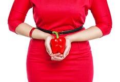 Plus groottevrouw die Spaanse peper geïsoleerd houden royalty-vrije stock afbeelding