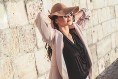 Plus kläder för mode för formatmodell bärande i stadsgata arkivbild