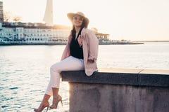 Plus kläder för mode för formatmodell bärande i stadsgata arkivfoton