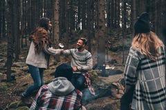 Plus rient avec des amis Groupe des jeunes heureux tenant l'AR Photographie stock libre de droits