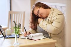 Plus upptagen multitasking för formataffärskvinna i en coffee shop royaltyfri foto