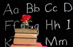 Plus-value de professeur - s'est levé et un tableau noir Images stock