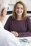 Plus Wielkościowy kobiety spotkanie Z lekarką W operaci obrazy stock