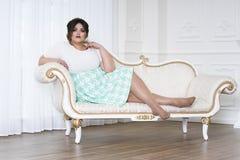 Plus wielkościowy moda model, gruba kobieta na luksusowym wnętrzu, z nadwagą żeński ciało zdjęcie stock