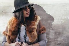 Plus wielkościowy moda model nad szarą ulicy ścianą Fotografia Stock