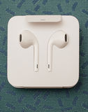 Plusdoppelkamera IPhone 7, die herein neues Apple Earpods Airpods unboxing ist Lizenzfreies Stockbild