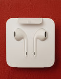 Plusdoppelkamera IPhone 7, die herein neues Apple Earpods Airpods unboxing ist Stockfoto