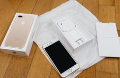 Plusdoppelkamera IPhone 7, die voll unboxing neues Earpods unboxing ist und Stockfotos