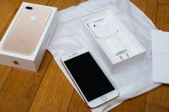 Plusdoppelkamera IPhone 7, die voll unboxing neues Earpods unboxing ist und Stockbild