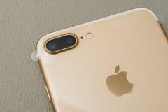 Plusdoppelkamera IPhone 7, die zwei Kameraobjektiv und Plastik f unboxing ist Stockbilder