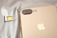 Plusdoppelkamera IPhone 7 unboxing inser SIM-KARTEN-Modul Stockbild
