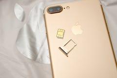 Plusdoppelkamera IPhone 7 unboxing inser SIM-KARTEN-Modul Stockbilder