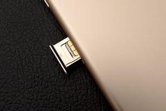 Plusdoppelkamera IPhone 7 unboxing inser SIM-KARTEN-Modul Lizenzfreie Stockbilder