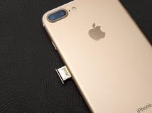Plusdoppelkamera IPhone 7 unboxing inser SIM-KARTEN-Modul Stockfotografie