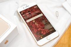 Plusdoppelkamera IPhone 7 unboxing Willkommen zu HomeKit schloss an Stockfotos