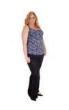 Plusgrößenfrau, die in den Jeans steht Stockfoto