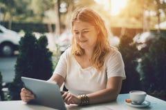 Plusgrößenmädchen im Café mit digitaler Tablette Lizenzfreies Stockfoto