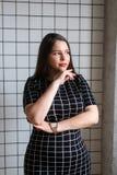 Plusgrößenmode-modell in der zufälligen Kleidung, Frau auf Studiohintergrund, überladener weiblicher Körper lizenzfreie stockbilder