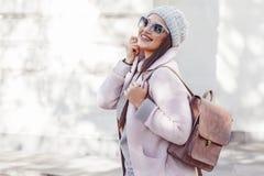 Plusgrößenmodell im rosa Mantel stockbild