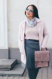 Plusgrößenmodell im rosa Mantel lizenzfreie stockbilder