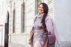 Plusgrößenmodell im rosa Mantel lizenzfreies stockfoto