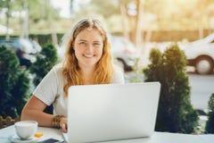 Plusgrößenmodellmädchen, das an Laptop im Café arbeitet Lizenzfreie Stockfotografie